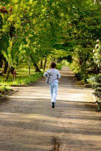 hoe ontspannener de verschillende lichaamsdelen samenwerken hoe soepeler je loopt, alsof al je gewrichten gesmeerd zijn